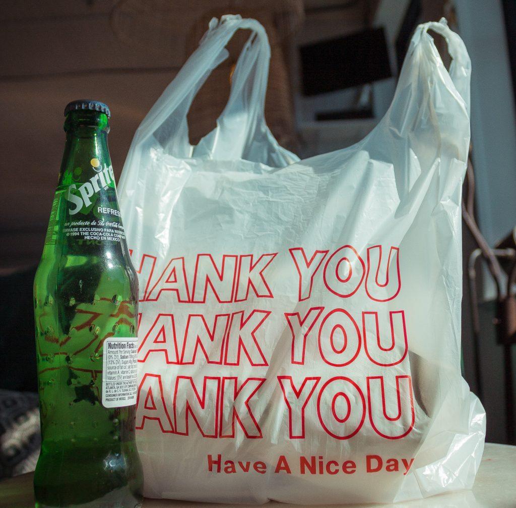 プラスチックのレジ袋が有料化される