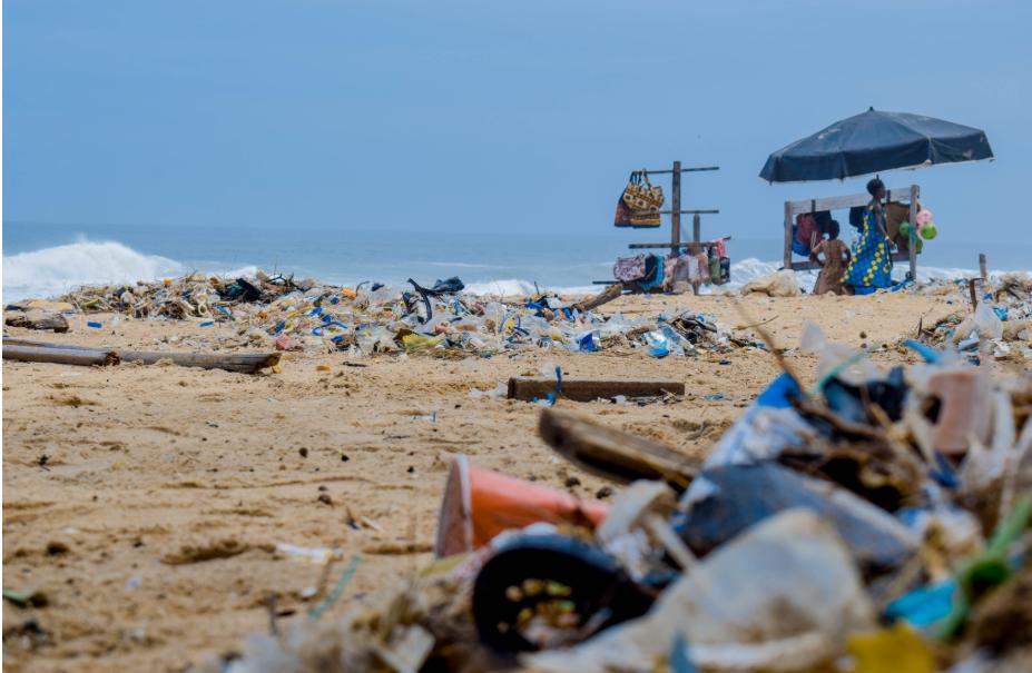 海洋に流れ込んだプラスチック