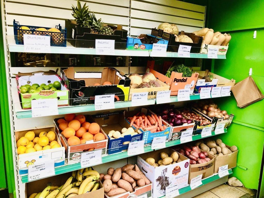 プラスチック包装を減らすためにばら売りされている野菜果物